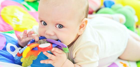 bébé et son jouet